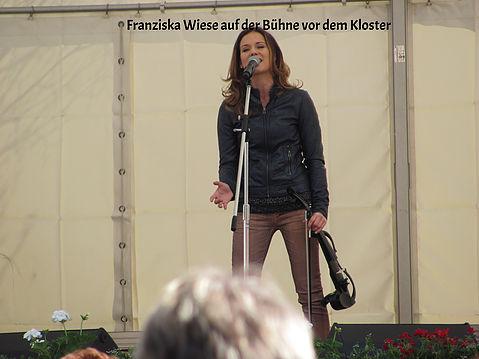 Franziska Wiese singt und spielt auf ihrer E-Geige.