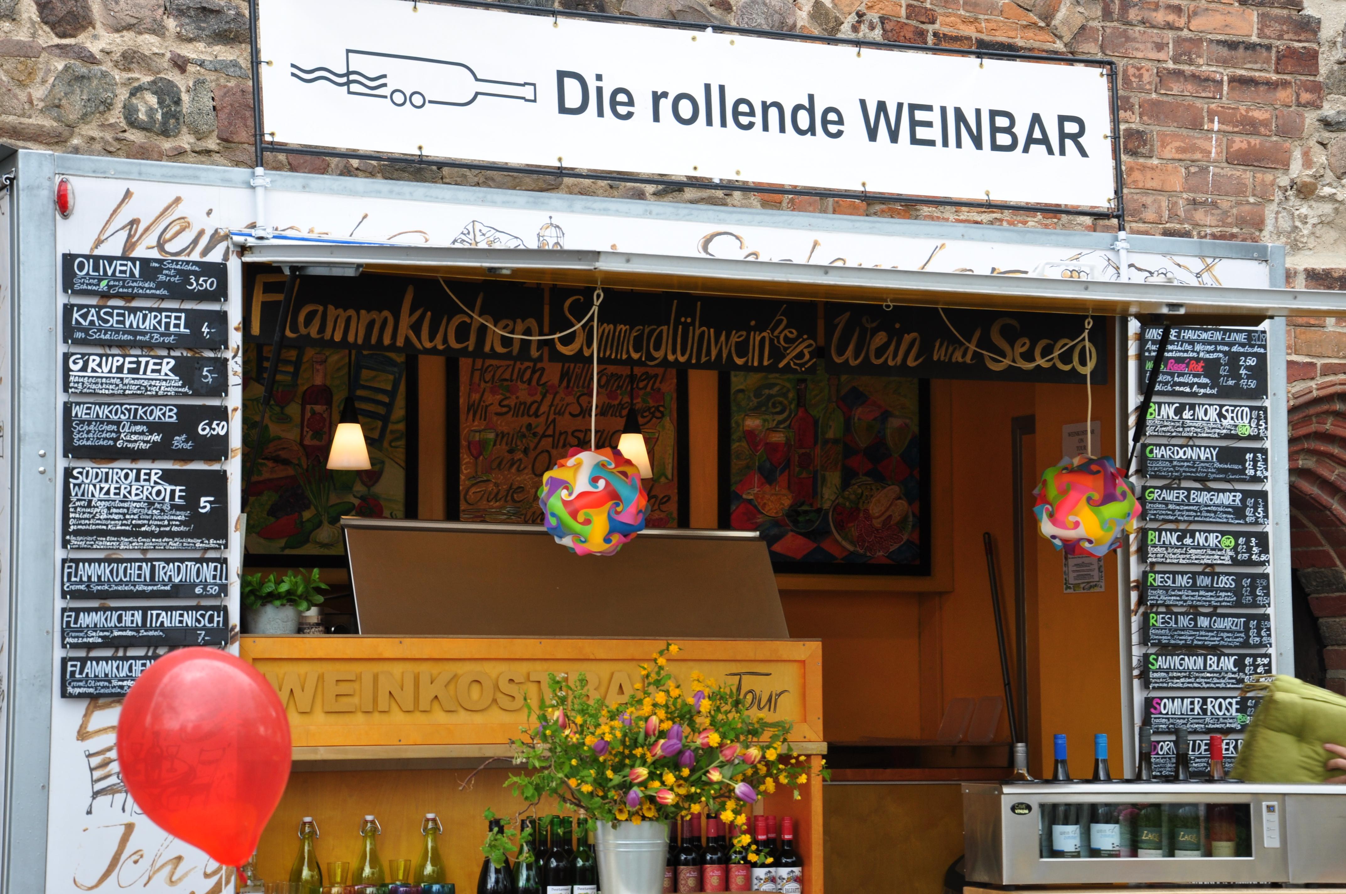 Ob Sommerglühwein oder Weißwein, die rollende Weinbar hat alles an Bord.
