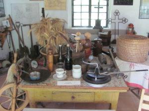 Typische Gegenstände zum täglichen Gebrauch, wie sie unsere Großeltern und Urgroßeltern kannten.