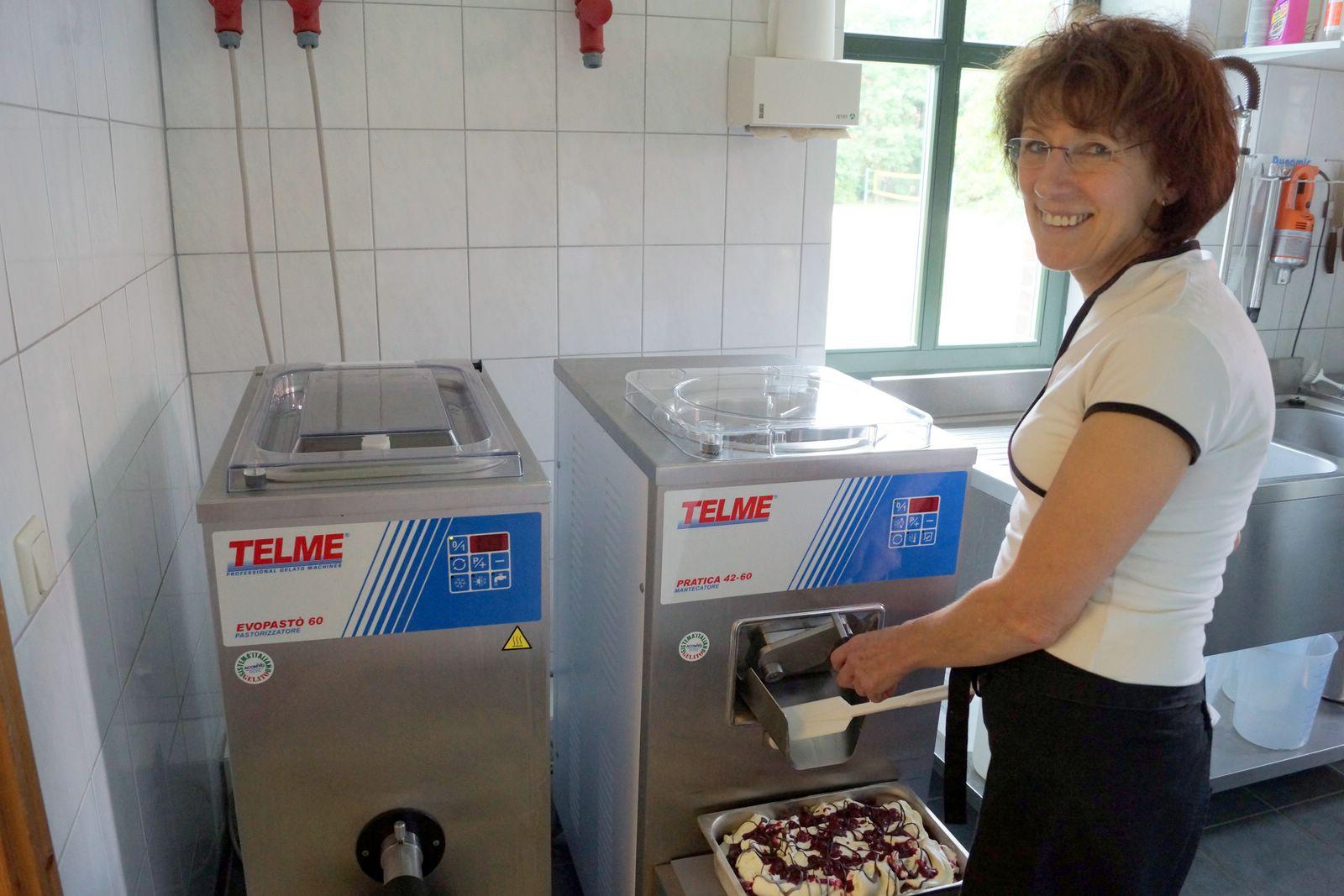 Frau Kieslinger an der Eismaschine