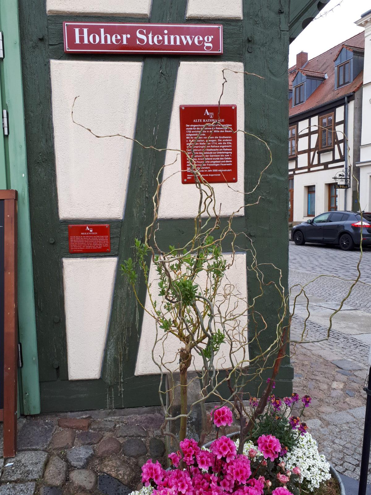 """Rote Schilder als """"stumme"""" Stadtführung"""